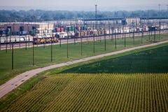 容器和铁路车在轨道 免版税库存照片