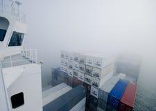 容器在雾的货船 免版税图库摄影