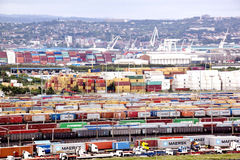 容器排队和被堆积在德班海港入口 免版税图库摄影