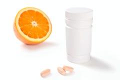 容器查出的桔子药片维生素 免版税库存图片