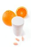 容器查出的桔子药片维生素 免版税库存照片