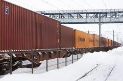 容器火车在冬天 免版税库存图片