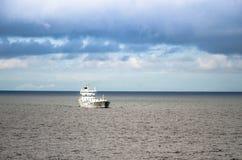 容器白色船在芬兰湾在波罗的海 库存图片