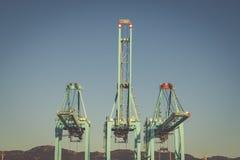 容器的起重机在阿尔盖斯莱斯,西班牙港  免版税库存图片