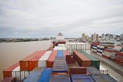 容器被停泊的货船在旁边 库存照片