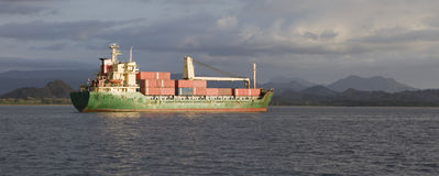 容器被装载的船 免版税库存图片