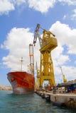 容器起重机巨大的船 免版税库存照片