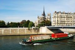 容器运输在塞纳河的在巴黎 免版税库存照片