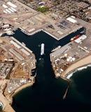 容器进入的端口船 免版税库存照片