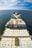 容器进行中的货船 免版税库存照片