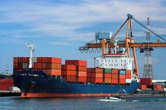 容器靠码头的船 免版税库存照片