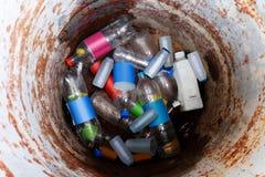 容器,垃圾,垃圾,垃圾,塑料袋堆,顶视图神色回收站,由老桶油圈子制成和圆 库存照片