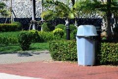 容器,塑料在庭院公众,在地板庭院的废塑料垃圾桶的废物箱明白垃圾斜向一边的步行 免版税库存图片