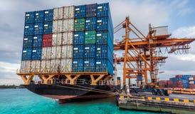 容器货物有运作的起重机装货的货物船 免版税库存照片