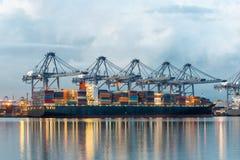 容器货物有运转的起重机桥梁的运费船在shipya 免版税库存照片