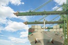 容器货物有运转的起重机灌油桥台的货物船我 图库摄影