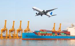 容器货物有运转的起重机灌油桥台的货物船我 库存照片