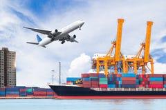 容器货物有运转的起重机灌油桥台的货物船我 库存图片