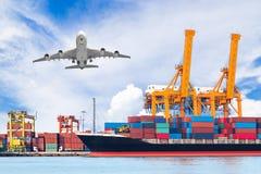 容器货物有运转的起重机灌油桥台的货物船 免版税库存照片