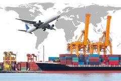 容器货物有运转的起重机灌油桥台的货物船 图库摄影