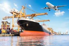 容器货物有运转的起重机灌油桥台的货物船 库存照片