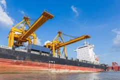 容器货物有运转的起重机灌油桥台的货物船 库存图片