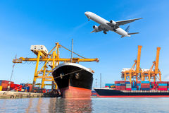 容器货物有运转的起重机灌油桥台的货物船 免版税库存图片