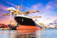 容器货物有运转的起重机灌油桥台的货物船 免版税图库摄影