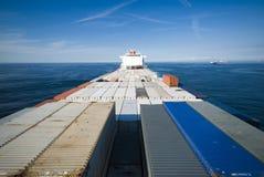 容器货船和天际 库存图片