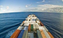容器货船和天际 免版税图库摄影