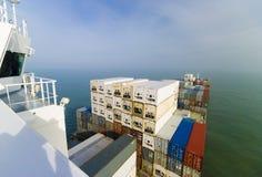 容器货船和天际 免版税库存图片