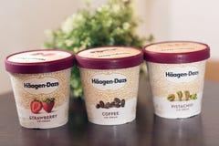 容器Haagen-Dazs在草莓咖啡和开心果味道的冰淇凌 库存照片