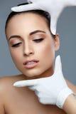 整容外科 在修补术前的美丽的妇女 豆杆 免版税图库摄影