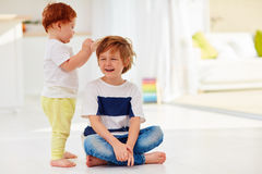 容忍与他的头发的小孩小辈兄弟比赛 免版税库存照片