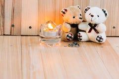 容忍在爱负担,在定婚戒指和烛台附近坐, 库存照片