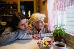 容忍的年长妇女与一个成人孙女 库存照片