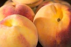 容易切割的岩石的桃子 库存图片