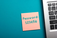 容易的密码概念 办公室台式视图-膝上型计算机和提示 库存照片