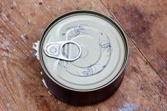 容易的开放金枪鱼能或锡罐 免版税库存图片
