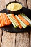 容易的开胃菜新鲜的芹菜和红萝卜和乳酪调味料关闭u 免版税库存照片