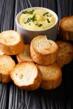 容易的开胃菜crostini和乳酪调味料特写镜头 垂直 免版税库存照片