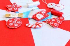 容易的手工制造圣诞树装饰 雪人,房子,球,树,星,糖果装饰被缝合毛毡 螺纹短管轴,针 库存照片