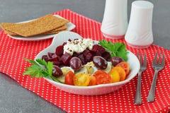容易的早餐:甜菜根、西红柿、鸡蛋、酸奶干酪和油炸马铃薯片在一块白色板材在红色纺织品背景 免版税库存图片