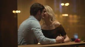 容易的有她热情的视域和神色的美德诱惑的人的夫人,亲吻他 股票录像