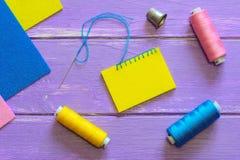 容易的毯边锁缝针迹照片 如何缝合毯边锁缝针迹 羊毛或合成物质感觉孩子的缝合的项目 五颜六色的毛毡板料 免版税库存照片
