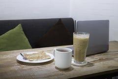容易的膳食在与咖啡饮料和油煎的roti的工作小时 库存照片