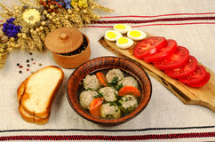 容易的饮食汤用白色圆的肉丸子 免版税图库摄影