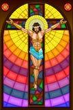 在十字架上钉死彩色玻璃绘画  免版税库存照片