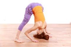 宽做瑜伽有腿的向前弯姿势的年轻日本妇女 库存照片