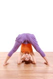 宽做瑜伽有腿的向前弯姿势的年轻日本妇女 免版税库存照片
